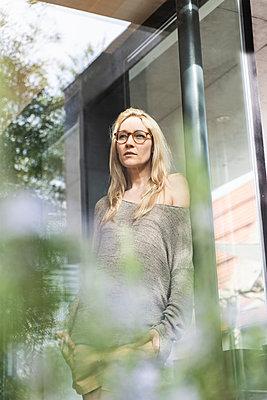 Portrait of blond mature woman standing on terrace - p300m1587339 von Uwe Umstätter