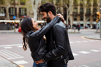 Spain, Barcelona, happy young couple hugging on the street - p300m2023805 von Mauro Grigollo