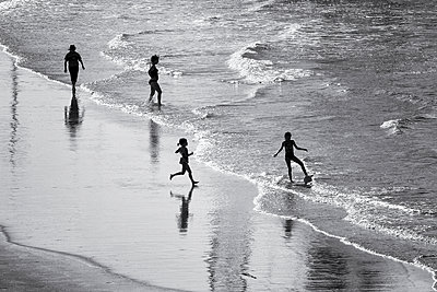 Children playing on the beach - p977m2044449 by Sandrine Pic