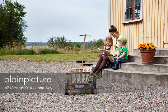 Mutter liest ihren Kindern vor - p712m1160010 von Jana Kay
