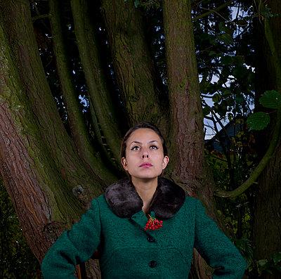 Frau trägt Mantel mit Pelzkragen - p1279m1525421 von Ulrike Piringer