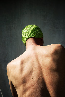 Rear view of man in green bathing cap - p597m1161388 by Tim Robinson