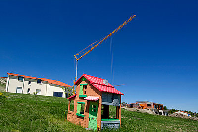 Detached house and children's playhouse  - p813m904302 by B.Jaubert