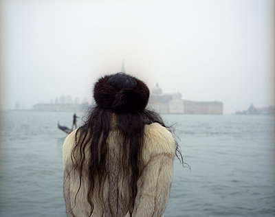Rear view of woman in Venice - p945m1468167 by aurelia frey
