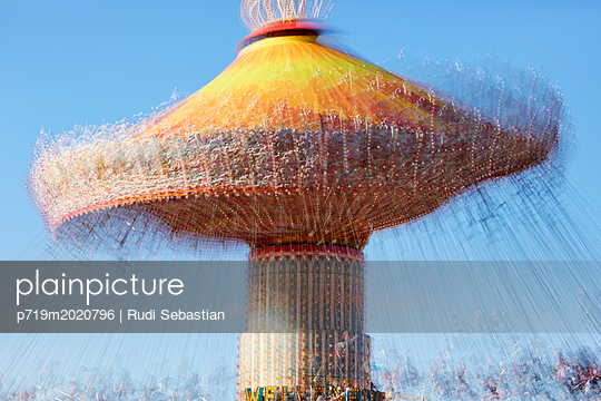 Kettenkarussell in Mehrfachbelichtung tagsüber - p719m2020796 von Rudi Sebastian