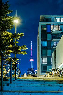 Wohnhaus und CN Tower in Toronto - p177m1214593 von Kirsten Nijhof