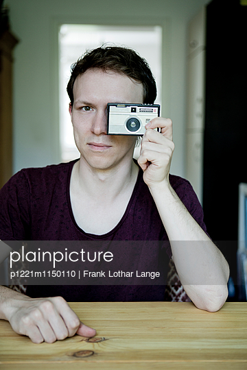 Junger Mann mit alter Kamera - p1221m1150110 von Frank Lothar Lange