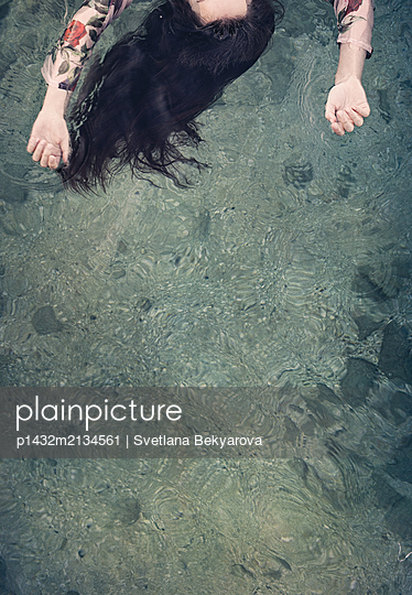 Ertrunkenes Mädchen am Ufer - p1432m2134561 von Svetlana Bekyarova