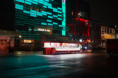 Germany, Hamburg, Snack stall - p1198m2278290 by Guenther Schwering