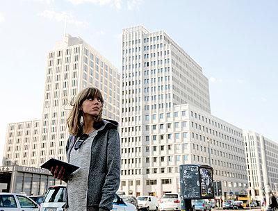 Junge Frau mit Ipad am Potsdamer Platz - queer - p1212m1136939 von harry + lidy