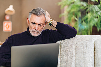 Male entrepreneur using laptop at hotel lobby - p300m2273898 by Daniel González