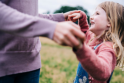 Family having fun at the park. London, England. - p300m2298885 von Angel Santana Garcia