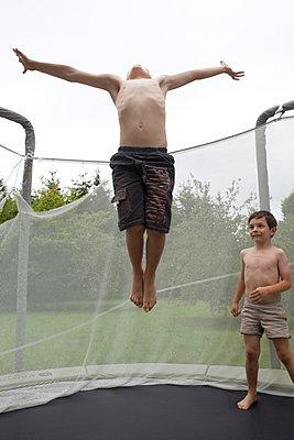 Jungs auf einem Trampolin - p4451279 von Marie Docher