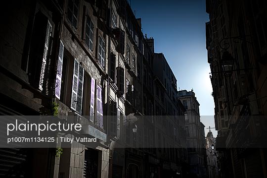 Sun shining in a dark street - p1007m1134125 by Tilby Vattard