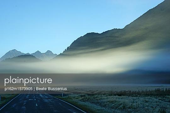 Straße am Morgen - p162m1573905 von Beate Bussenius