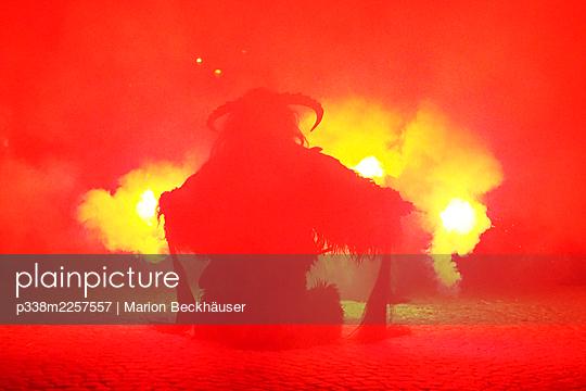 Austria, Perchten parade in Rattenberg - p338m2257557 by Marion Beckhäuser