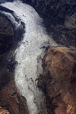 Aerial view of frozen river, Landmannalaugar, Iceland - p1026m992056f by Romulic-Stojcic