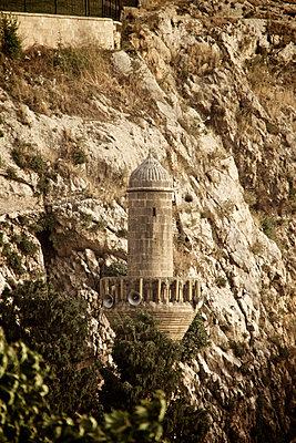 Minarett vor einer Felswand in Sanliurfa, Türkei - p586m971430 von Kniel Synnatzschke