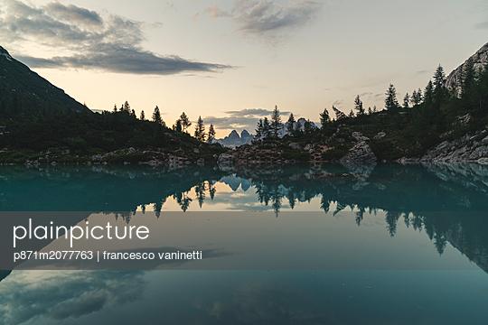 Lake Sorapis at sunset in Cortina d'Ampezzo, Italy - p871m2077763 by francesco vaninetti