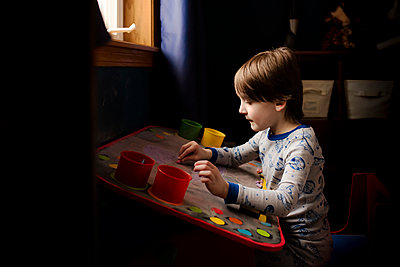 A Small Boy Making Artwork On A Chalk Board - p1166m2094791 by Cavan Images
