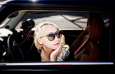 Blonde woman in car - p1445m2128466 by Eugenia Kyriakopoulou