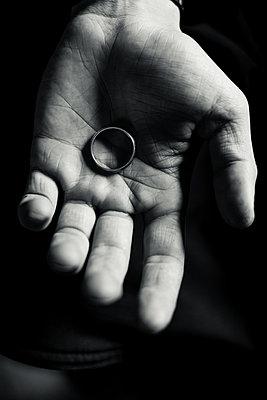 Close up of a man's hand holding a ring - p1690m2281262 by Marie Carr