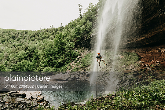 A man rappels a waterfall in the Catskills, New York, New England - p1166m2084562 by Cavan Images