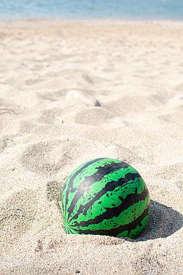 Ball am Strand - p1486m2076087 von LUXart