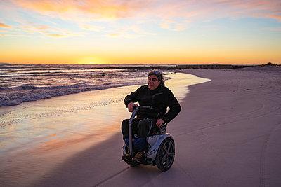 Man on wheels enjoying seaside - p429m2091489 by Francesco Buttitta