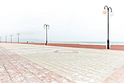 Verlassene Promenade am Meer - p1092m1115546 von Rolf Driesen