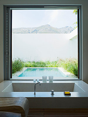 Modernes Badezimmer mit großem Fenster - p6416934f von Chris Ryan