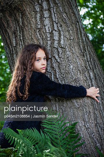 Einen Baum besonders liebhaben - p045m2108854 von Jasmin Sander