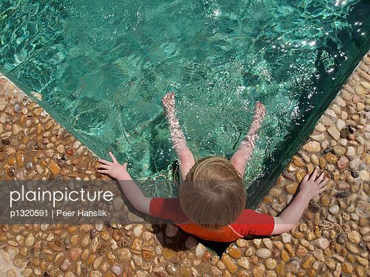Kleines Mädchen im Pool - p1320591 von Peer Hanslik