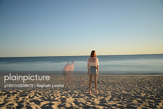 Ghosts at the beach - p1631m2208673 by Raphaël Lorand