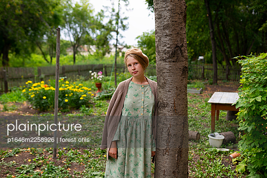 Young woman in the garden, portrait - p1646m2258926 by Slava Chistyakov