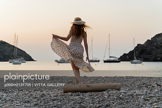 Young woman enjoying beach at sunset - p300m2131705 by VITTA GALLERY