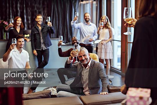 plainpicture - plainpicture p426m2146263 - Business people raising win... - DEEPOL by plainpicture