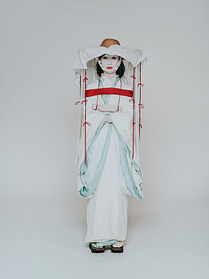 Young woman wearing kimono - p1184m1441211 by brabanski