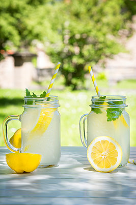 Two glasses of cooled lemonade flavoured with lemon balm - p300m1460405 by Larissa Veronesi