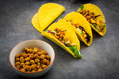 Vegetarian tacos with curcuma, roasted chickpeas, paprika, avocado, salad and red cabbage - p300m2070312 von Larissa Veronesi