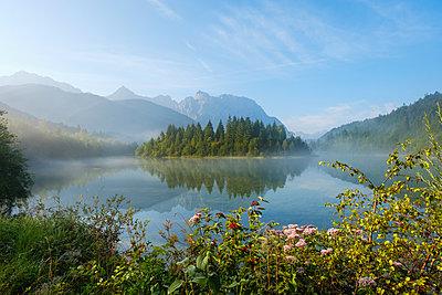 Germany, Bavaria, Werdenfelser Land, Isar dam Kruen, morning fog - p300m2081278 by Martin Siepmann