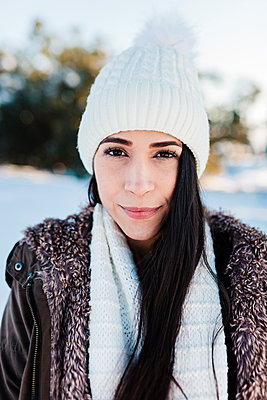 Madrid, Spain. Woman spending time in the snowy countryside in warm clothes. - p300m2286730 von Manu Reyes