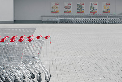 Shopping carts at parking place of a supermarket - p300m884894 by visual2020vision