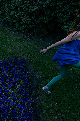 Frau im Park - p1491m2108526 von Jessica Prautzsch