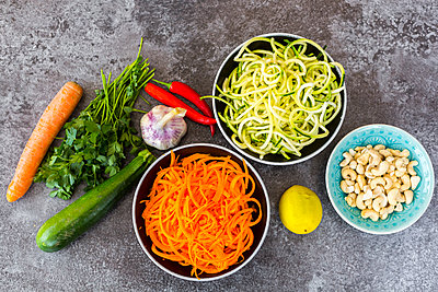 Ingredients of vegetable noodle salad - p300m1189493 by Sandra Roesch