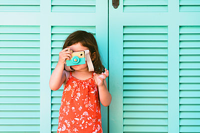 Little girl playing with wooden toy camera - p300m2131890 by Gemma Ferrando