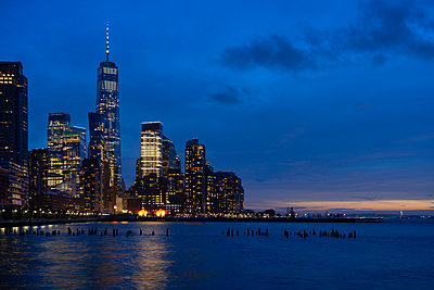 USA, New York, New York City, Hudson River at night with illuminated Manhattan skyline in background - p300m2198556 by Lorenzo Mattei