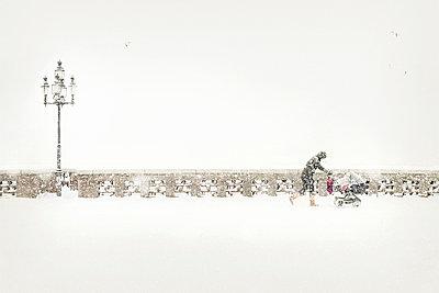 Germany, Hamburg, pedestrian pushing pram in blowing snow on Krugkoppelbruecke - p300m2219167 by Matthias Buchholz