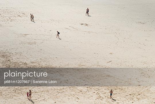 People on the beach - p681m1207667 by Sandrine Léon