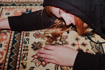 Young woman lying on carpet - p1184m1222899 by brabanski